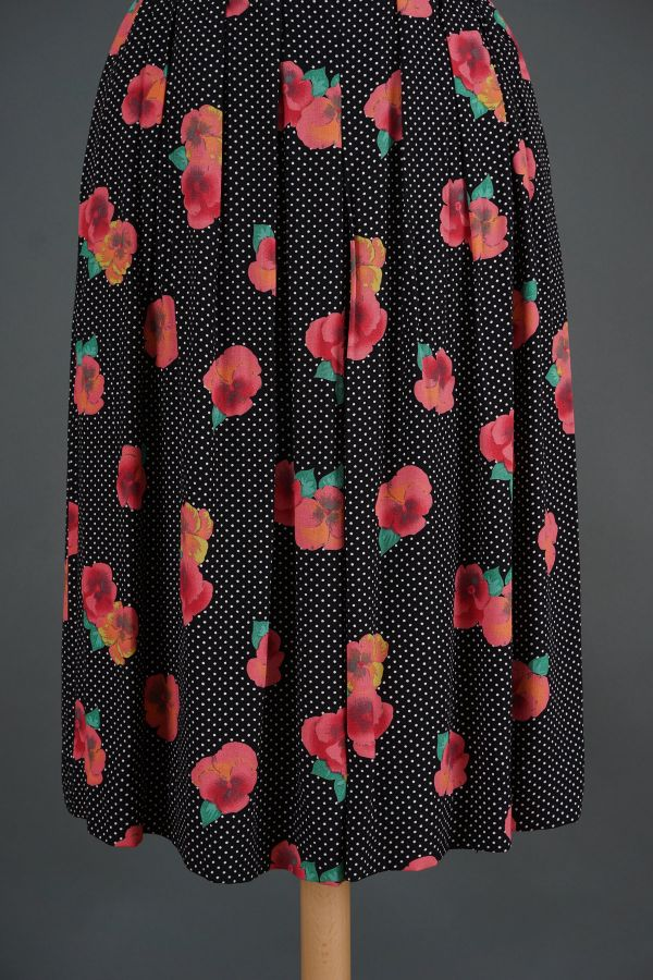 Pleated skirt with pink flowers Price